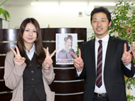 社長の春山さんと、総選挙ポスターをバックにピース。